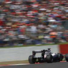 Pastor Maldonado pasa junto a una de las gradas de Silverstone