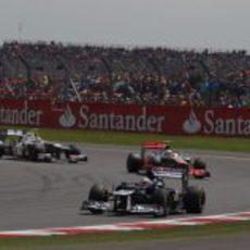 Pastor Maldonado por delante de Lewis Hamilton y Sergio Pérez durante el GP Gran Bretaña 2012