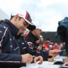 Pastor Maldonado firmando autógrafos durante el GP Gran Bretaña 2012