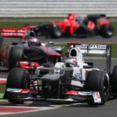 Kamui Kobayashi por delante de Jenson Button durante el GP Gran Bretaña 2012