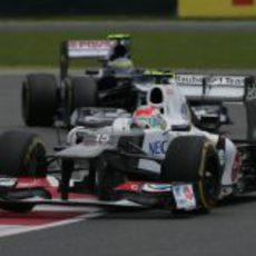 Sergio Pérez por delante de Bruno Senna durante el GP Gran Bretaña 2012