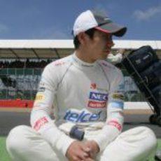 Kamuo Kobayashi descansa en los instantes previos durante el GP Gran Bretaña 2012