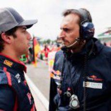 Daniel Ricciardo habla con su ingeniero de pista durante el GP Gran Bretaña 2012