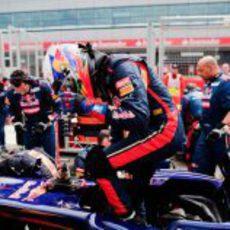 Daniel Ricciardo se mete en su STR7 antes de el GP Gran Bretaña 2012