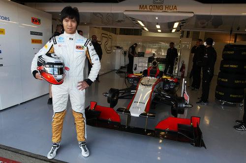 Ma Qing Hua frente al box del equipo HRT