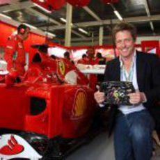 Hugh Grant en el box de Ferrari en Silverstone