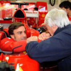 Ecclestone saluda a Fernando Alonso antes de la carrera