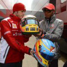 Alonso y Hamilton intercambiaron sus cascos en Silverstone