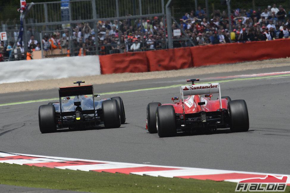 Hamilton y Alonso luchan en la pista de Silverstone