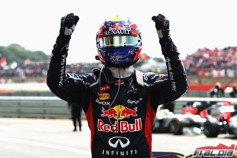 Mark Webber levanta los brazos en señal de victoria en Silverstone