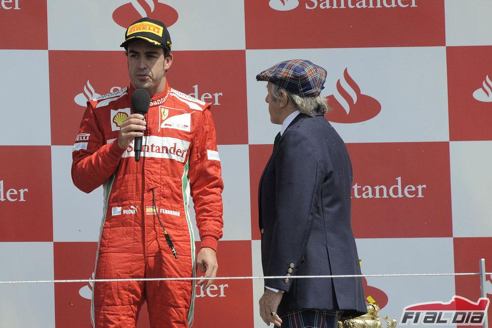 Fernando Alonso habla al micro en el podio de Gran Bretaña 2012