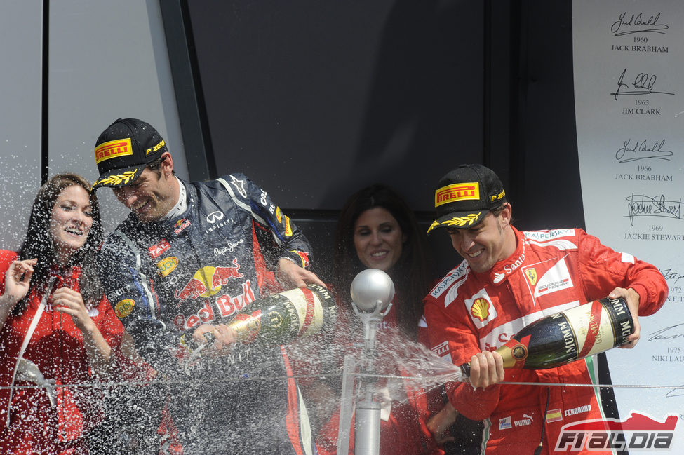 Webber y Alonso descorchan el champán en el podio de Silverstone