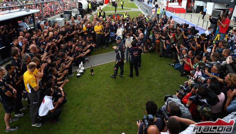 El equipo Red Bull celebra la victoria de Webber en Gran Bretaña 2012