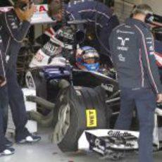 Los mecánicos de Williams trabajan con Valtteri Bottas
