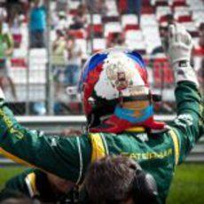 Los colores de la bandera decoran el casco