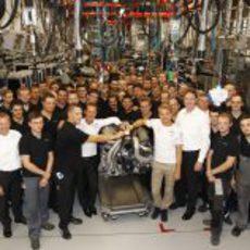 Schumacher y Rosberg con la gente de la fábrica de Rastatt