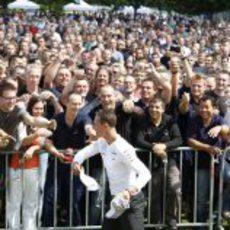 Michael Schumacher reparte gorras entre sus fans