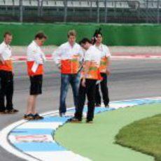 Hülkenberg y sus ingenieros toman nota de los cambios en la pista