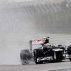 Bruno Senna disputa una mojada sesión de Libres 2