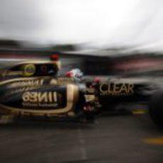 Kimi Räikkönen vuela en la zona del 'pit lane'