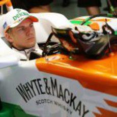 Nico Hülkenberg espera para poder salir a pista