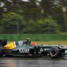 Heikki Kovalainen rueda con los neumáticos de lluvia extrema