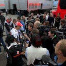 La prensa se arremolina cerca de Jenson Button