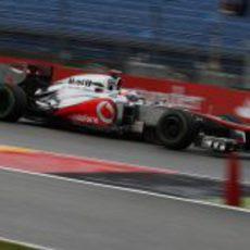 Jenson Button rueda en la pista mojada de Hockenheim
