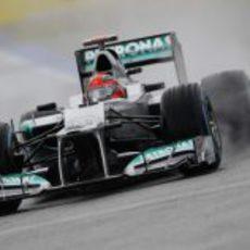 Michael Schumacher rueda bajo la lluvia en Hockenheim