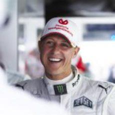 Michael Schumacher sonríe entre sus compañeros