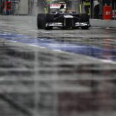 Bruno Senna rueda por el mojado pitlane de Hockenheim