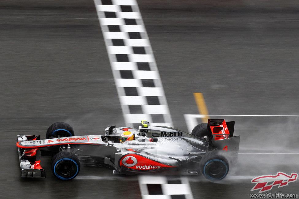 Lewis Hamilton cruza la línea de meta en Hockenheim