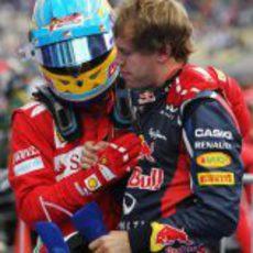 Alonso consuela a Vettel tras su duelo en cabeza