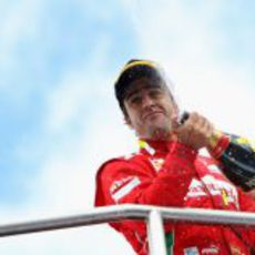 Fernando Alonso descorcha el champán en el GP de Alemania 2012