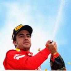 Alonso celebra su victoria en Alemania con champán