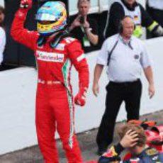 Alonso se sube encima del Ferrari para celebrar la victoria