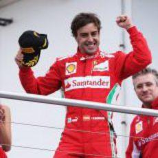 Fernando Alonso sube al podio eufórico