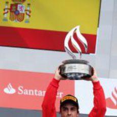 Fernando Alonso levanta su trofeo de ganador en Alemania
