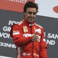 Fernando Alonso sonríe desde el podio