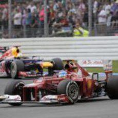 Fernando Alonso mantuvo la posición en la salida