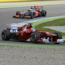 Fernando Alonso rueda con los medios en la carrera alemana