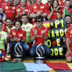 El equipo Ferrari celebra la victoria de Fernando Alonso