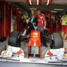 Dasha Kapustina y Fernando Alonso sentados en el F2012