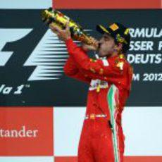 Fernando Alonso bebe champán en el podio de Alemania 2012