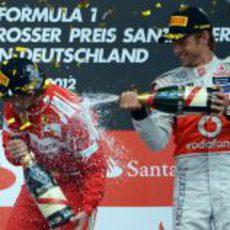 Jenson Button moja a Fernando Alonso con champán