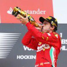 Fernando Alonso con el champán en el podio de Alemania 2012