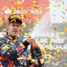 Sebastian Vettel descorcha el champán en el podio de Alemania