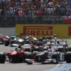 Kamui Kobayashi casi se toca con Felipe Massa en la salida