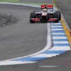 Lewis Hamilton tuvo un pinchazo y abandonó en Alemania