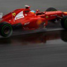 Fernando Alonso con su F2012 sobre el agua de Hockenheim